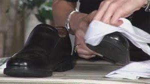 Frotar zapatos de cuero
